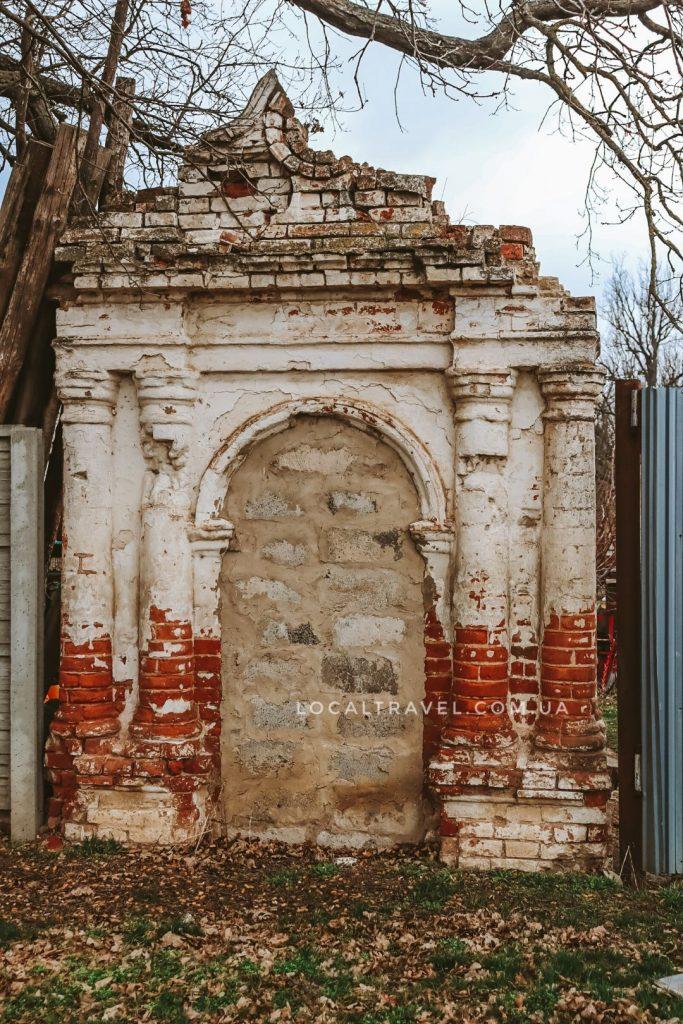 Руины забора имения Классенов